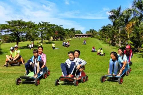 Trò chơi trượt cỏ tại khu du lịch Vườn Xoài Đồng Nai