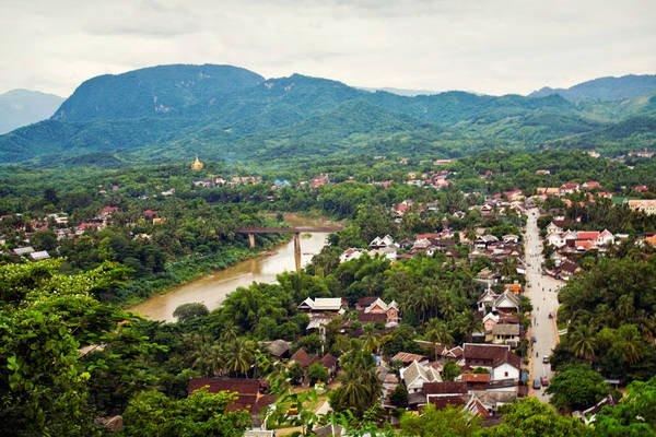 Phượt xe đạp đến thành phố Luang Prabang bình lặng.