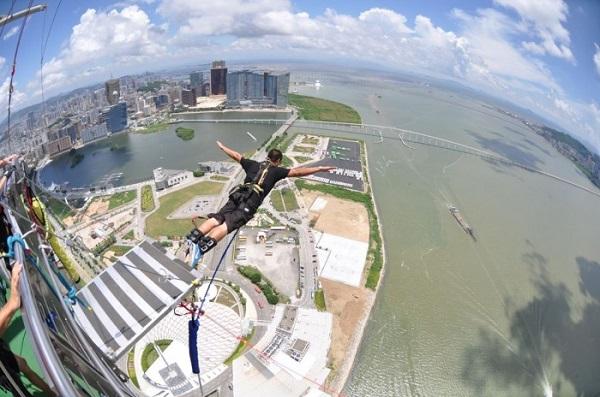 Nhảy Bungee từ độ cao 338m vô cùng mạo hiểm