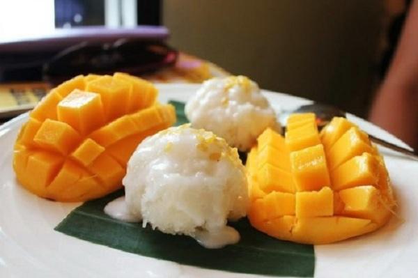 Để có món xôi xoài ngon thì trước tiên nước cốt dừa phải béo, ngọt vừa đủ