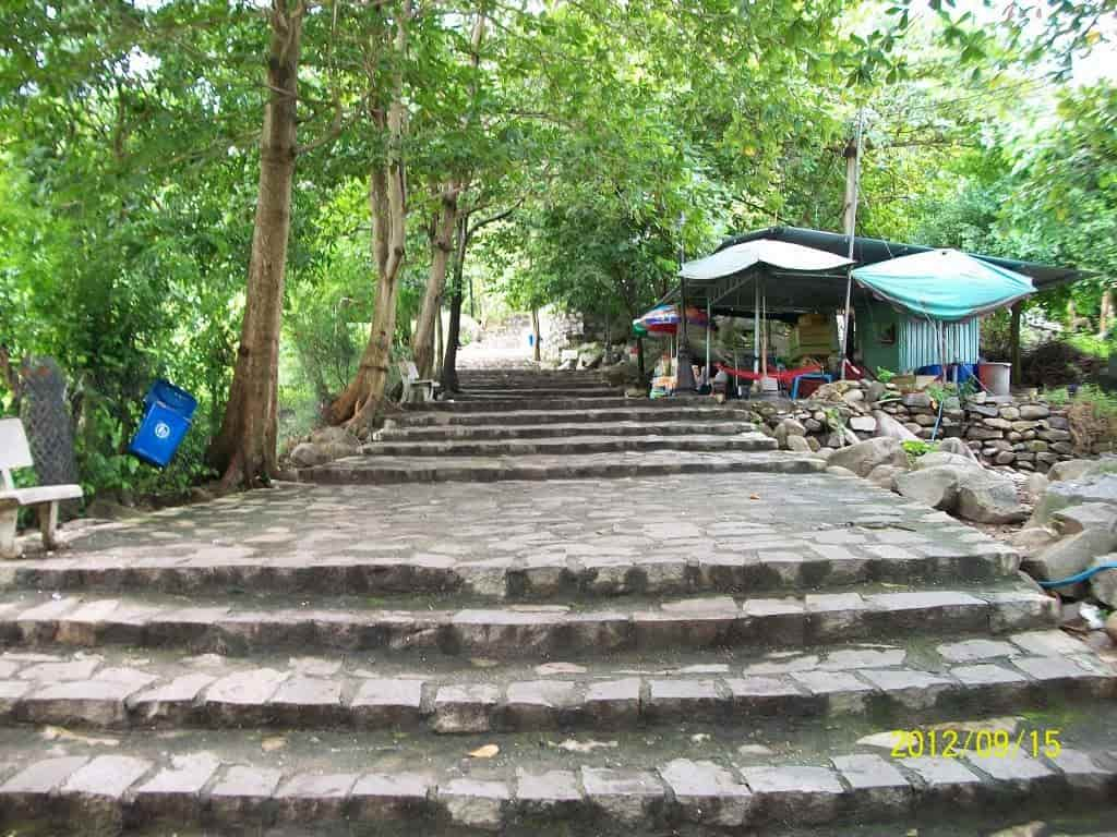 đường bậc thang lên chùa