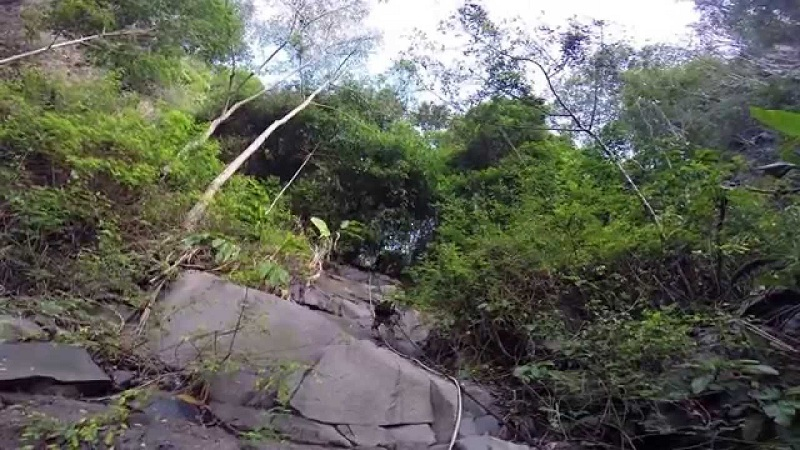 Đường ống nước khá dốc khi leo núi bà Đen