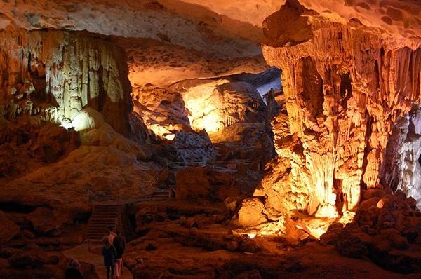Vẻ đẹp bên trong của hang Trống và hang Trinh Nữ